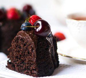 Σοκολατένιο κέικ με γλάσο και φρούτα